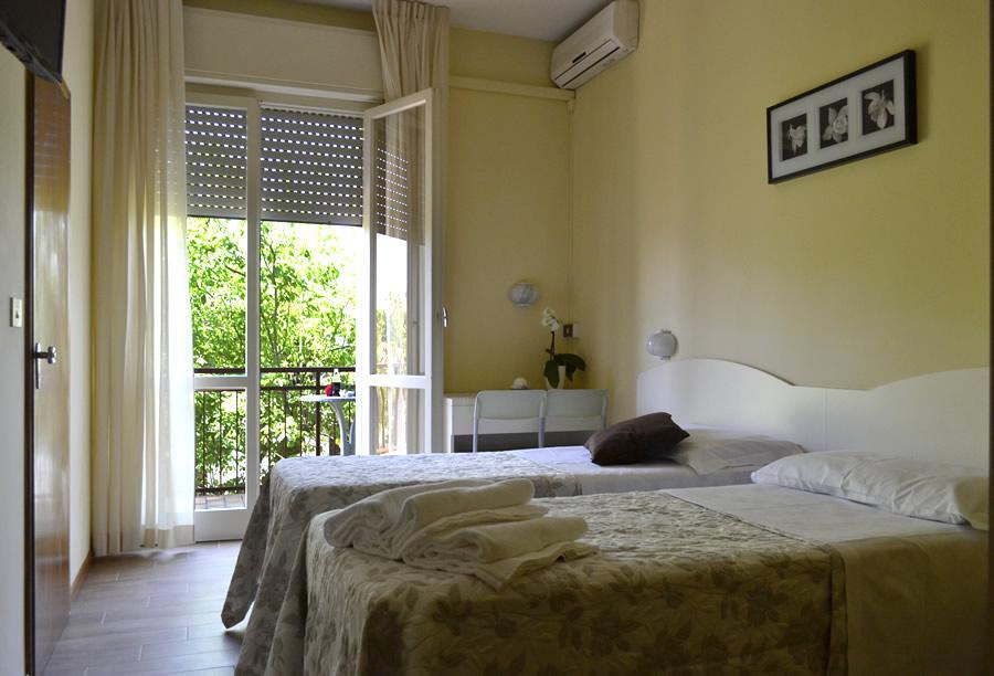 Hotel lido di savio mit klimaanlage hotel 3 sterne mit fernseh sat und balkon hotel beverly - Fernseh zimmer ...